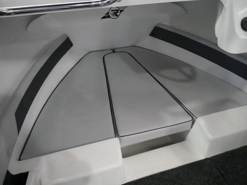 Revival 530 Sportz - Cuddy Cabin