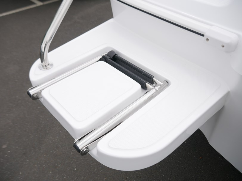 Revival R580 Sportz - Cabin Boat